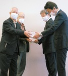 区内活動メンバーと下村書記長(右から2人目)ら