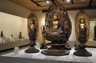 圧倒する迫力の仏像」が並ぶ