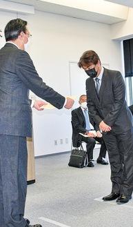 表彰状を手渡す中野区長(左)