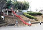 長い滑り台は子どもに大人気=折田不動公園
