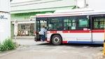 B判定の「柚の木谷」バス停(東急バス/綱島方面)手前の道路をふさぐように停車するバス