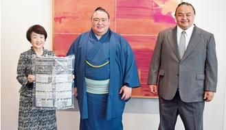 新十両昇進に笑顔を見せる荒篤山関(中央)と林市長(左)、荒汐親方(右)