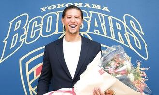 花束を手にし笑顔を見せる小原選手(C)横浜ビー・コルセアーズ