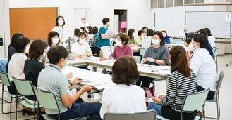 グループに分かれ、活発に意見を交わす参加者ら(29日、区役所1階多目的ホールで)