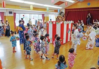 盆踊りを楽しむ園児たち