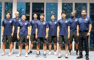 青木ヘッドコーチ(右)や生原選手(中央)ら会見に出席した新体制のメンバー
