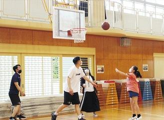 須藤選手と対決する児童たち