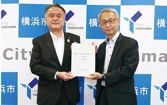滝沢座長(右)から小林副市長へ提出