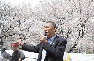 桜の下で地域交流