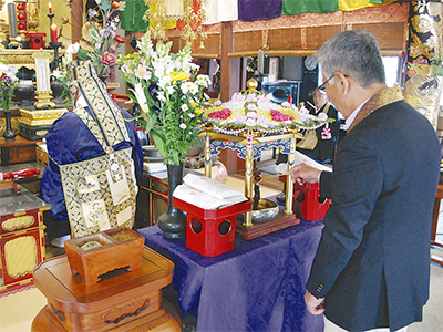 甘茶注ぎ釈迦誕生を祝う