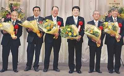 感謝の会で受賞者を祝福