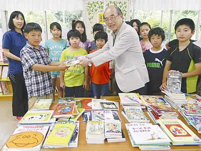 児童書956冊を小学校へ