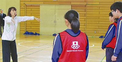 シンクロ 元五輪選手小谷さんが特別授業
