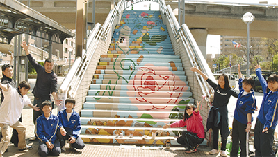 駅前に階段アート