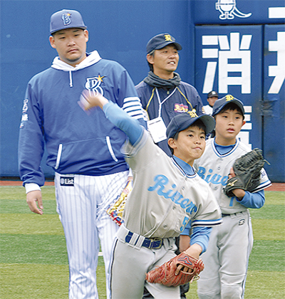 ベイ選手、小学生を指導