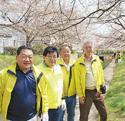 桜咲く緑道を清掃