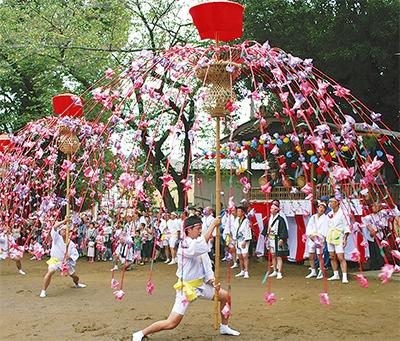 華やかに舞う伝統の花籠