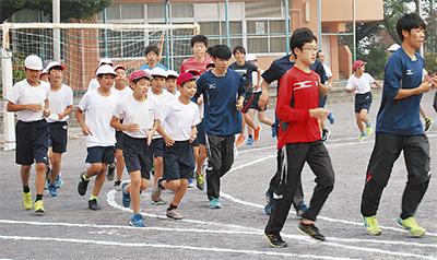 陸上部員が小学生を指導
