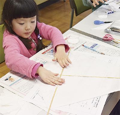 児童らが凧を手作り