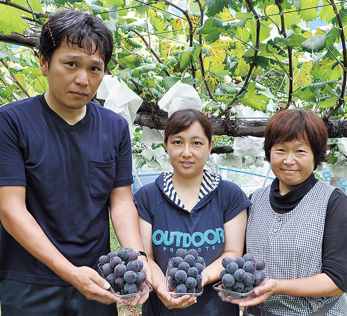 左から新井知剛園主、妥子さん、てるみさん