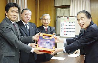 RC会員(左)から萩原区長へ