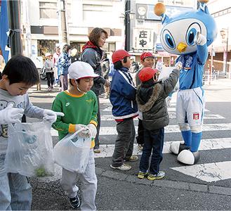 横浜FCのマスコット「フリ丸」も応援に