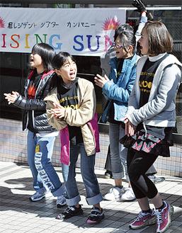 熱唱するメンバー(=二俣川駅前)