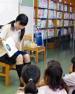 感情を込めて読み聞かせる生徒