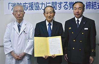 (左から)柴田施設長、阿部会長、齋藤署長