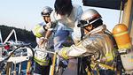 救助隊の誘導で避難する患者役(聖マリ)