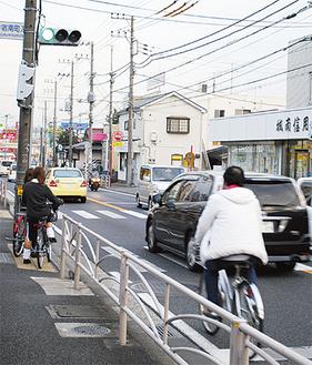 自動車が行き交う国道16号線(今宿西町)