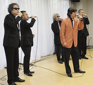 熱唱する「エンカペラ G」のメンバー