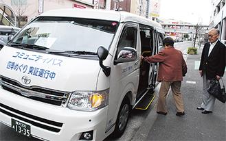 旭中央地区を巡るコミバス(4月6日、二俣川駅前)