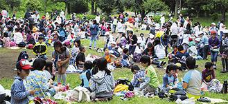 3校の合同遠足で親睦を深めた=5月11日、こども自然公園