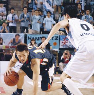 ドリブルで切り込む横浜の司令塔、山田謙治選手(左)=20日、有明コロシアム
