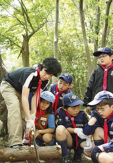 薪作りの実習を受けるメンバー
