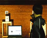 デジタルピストルで関東出場した荒井君=昨年、同校提供