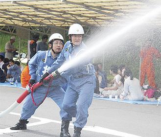 放水する自衛消防隊=旭消防署提供