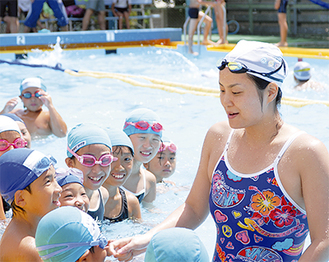 「プールに入って楽しいと思うことが一番」。3、4年の部で、潜り方や息継ぎのコツを教える柴田さん