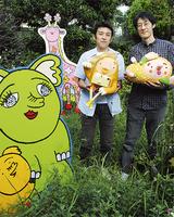 中庭のパネルと赤津さん(左)、松元さん=9月15日