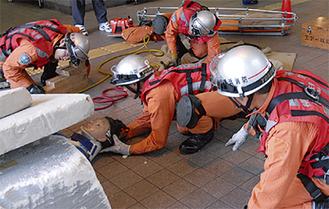けが人を救出する救急隊