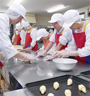 「麦の丘」でパンを作る利用者ら