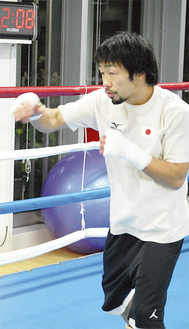 練習で、拳の感触を確かめる八重樫選手=12月14日、大橋ジム