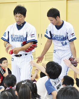 児童らに囲まれる藤井選手(左)と小杉選手