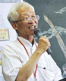 式典で1年の活動を報告する瀧本館長