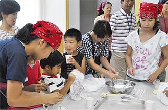 アイスクリーム作りを楽しむ子どもたち