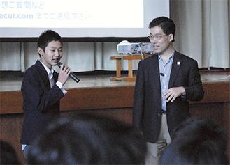 生徒の質問に応じる齋藤さん(右)
