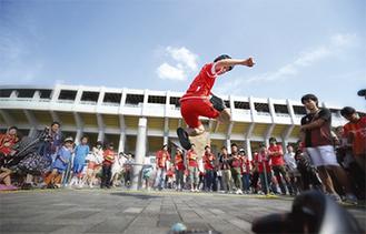 Jリーグ・名古屋グランパス試合前イベントにも出演=昨年10月、本人提供