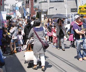 毎年、商店街通りは多くの人でにぎわう