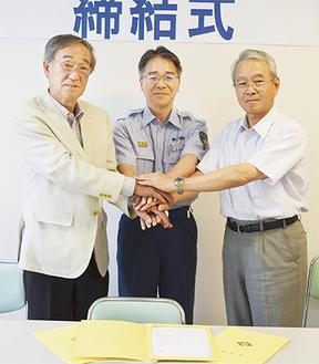 左から鈴木会長、高坂旭消防署長、津田施設長